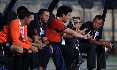 عکس حضور یک زن بر روی نیمکت ورزشگاه ازادی